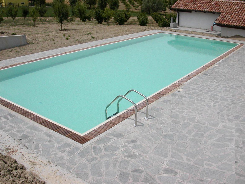 piscina a sfioro con griglia in legno disinfezione ad
