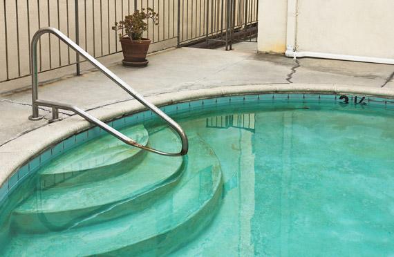 Il fondo della piscina è scivoloso