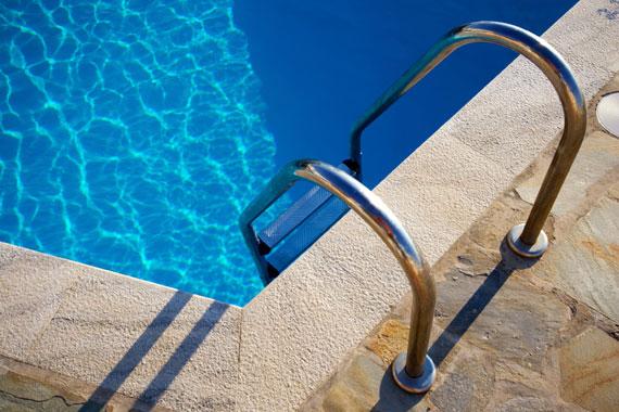 L'acqua della piscina non è limpida