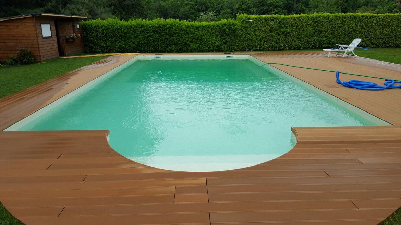 Piscina privata con scala romana e solarium in legno for Bordo piscina legno
