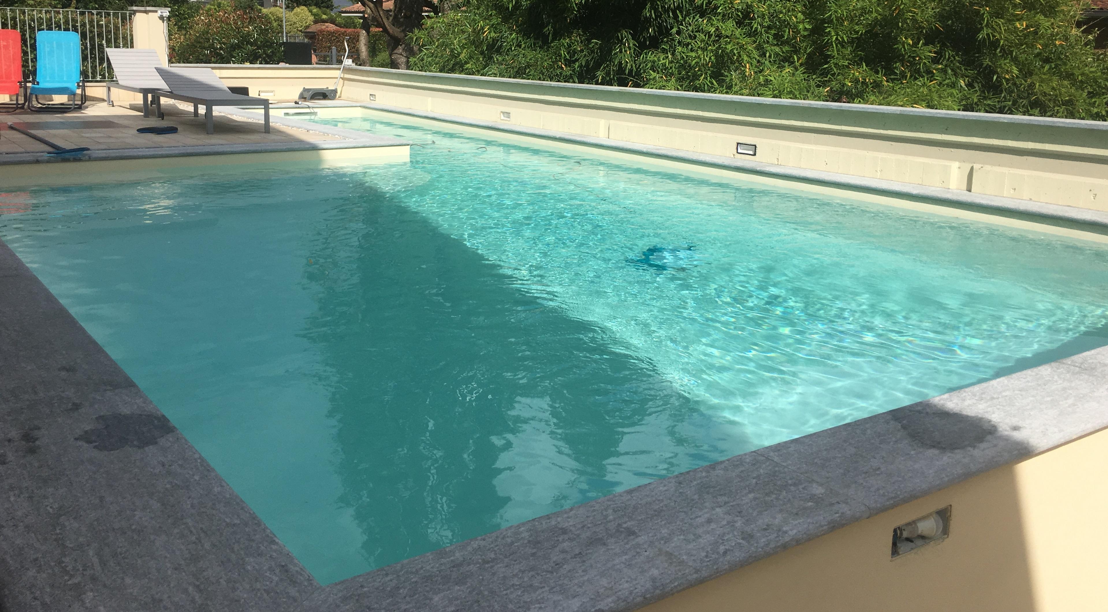 Piscina privata a forma libera ad acqua salata con corsia for Piastrelle per interno piscina