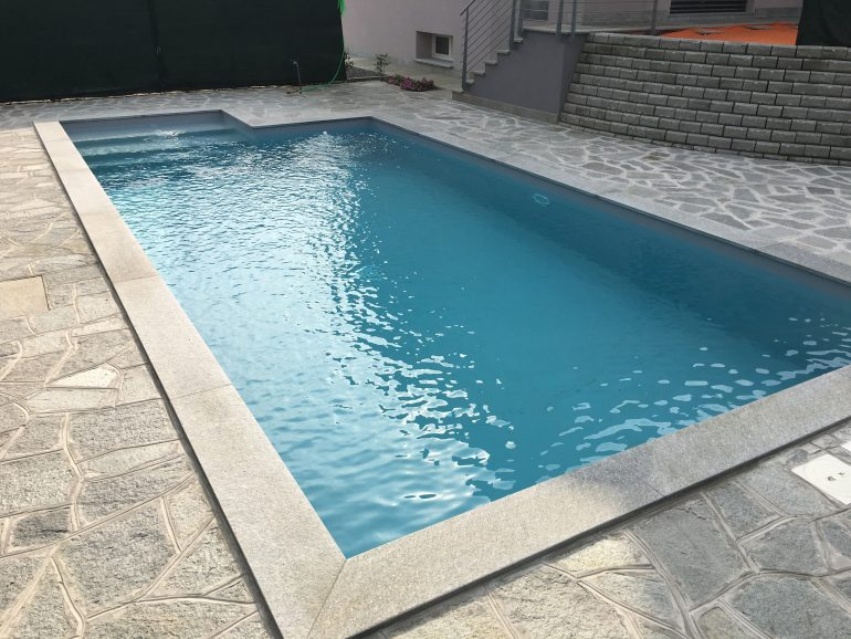 Piscina privata a skimmer sfioratore ad acqua salata e pvc for Colores ph piscina
