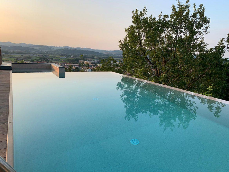 Piscine Sfioro A Cascata piscina con cascata a sfioro infinity ed area idromassaggio